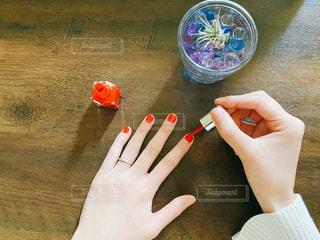 マニュキュアを塗る手元の写真・画像素材[3053317]