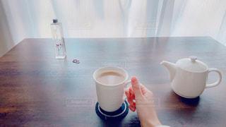 テーブルの上にコーヒーを一杯入れるの写真・画像素材[3105008]
