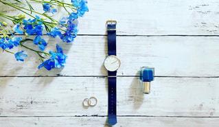 腕時計と青い装飾の写真・画像素材[3124992]