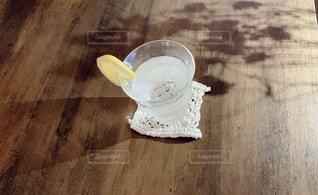 木製のテーブルの上にレモンサワーの写真・画像素材[3148136]