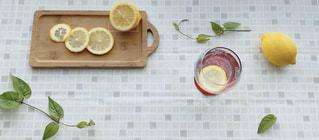 テーブルの上にレモンサワーレモンの写真・画像素材[3152187]