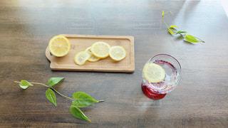 木製のまな板の上に乗っているレモンの写真・画像素材[3153912]