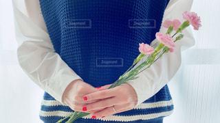 花を持っている人の写真・画像素材[3196353]