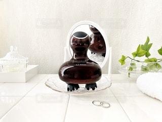 テーブルの上に座っている花瓶の写真・画像素材[3608464]