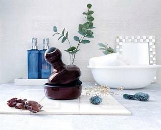 テーブルの上に花の花瓶の写真・画像素材[3608465]
