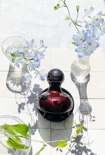 テーブルの上に座っている花の花瓶の写真・画像素材[3620250]