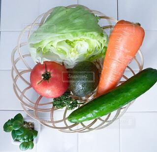 テーブルの上にたくさんの野菜の写真・画像素材[3673538]