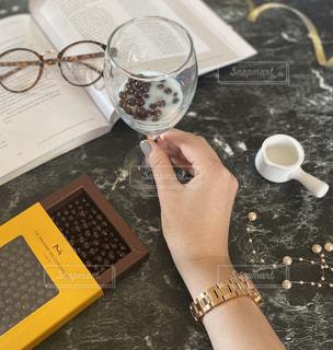 コーヒーを一杯持っている人の写真・画像素材[2847881]
