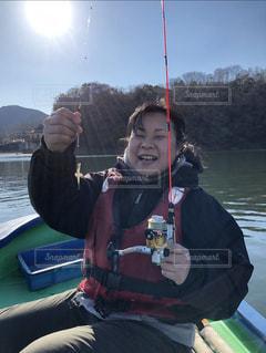 水の体の上にボートに座っている人の写真・画像素材[2370312]