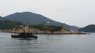 大きな水域の小さなボートの写真・画像素材[2370476]