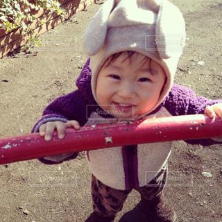 土の中に立っている小さな男の子の写真・画像素材[2371011]