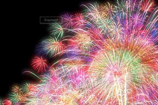 空に打ち上げられた花火の群し方の写真・画像素材[2371042]