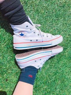 2人,靴,屋外,草,コンバース,スニーカー,お揃い,履物