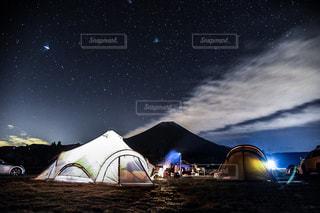夜を見上げる空の眺めの写真・画像素材[2375236]