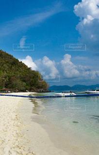 水域の隣の砂浜の写真・画像素材[2377963]