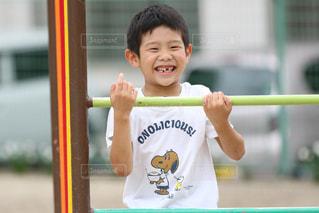 少年ジャングルジムを握るの写真・画像素材[825972]