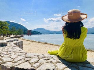 浜辺に座っている人々のグループの写真・画像素材[2385132]