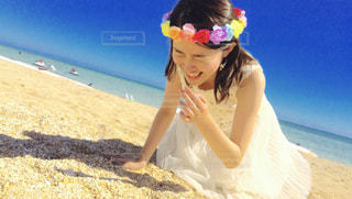 浜辺に立つ女性の写真・画像素材[2388511]