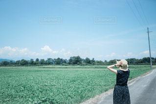 夏の空を指差しての写真・画像素材[2419657]