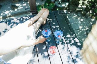 ベンチに座っている人の写真・画像素材[2875745]