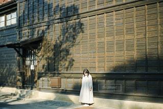 建物の前に立っている人の写真・画像素材[2875754]