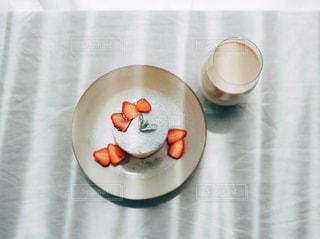 いちごのパンケーキの写真・画像素材[3147491]