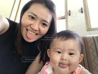 あっかんべーをする親子の写真・画像素材[2377773]