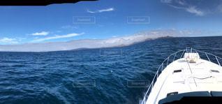 水域の小さなボートの写真・画像素材[2376255]