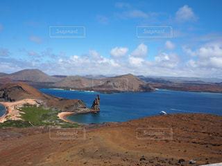 山を背景にしたビーチの写真・画像素材[2376326]