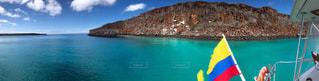 山を背景にした大きな水域の写真・画像素材[2376327]