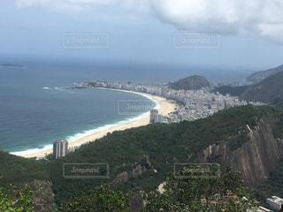 山を背景にした大きな海の写真・画像素材[2376368]