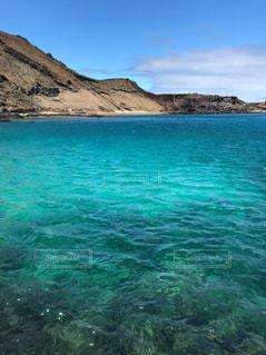 エメラルドグリーンの海の写真・画像素材[2376417]