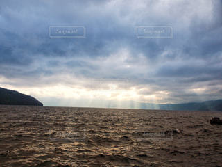 雲から射す光の写真・画像素材[2430418]