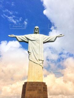 雲バックのキリスト像の写真・画像素材[2430428]