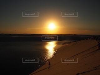 夕日をバックにの写真・画像素材[2676470]