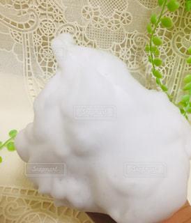 モコモコの泡で洗顔の写真・画像素材[2381903]