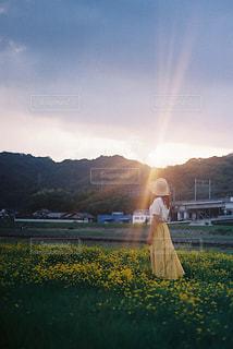 夕焼けの前に立っている人の写真・画像素材[2783256]