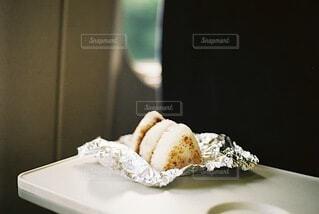 新幹線で、旅立ちのおにぎりの写真・画像素材[3899831]