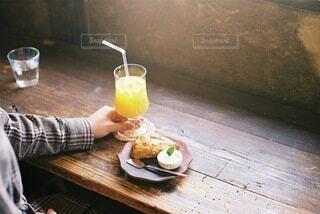 スコーンとオレンジジュースの写真・画像素材[3900572]