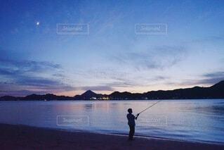 島の風景と月の写真・画像素材[3926648]