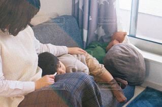 おうちでまったりお母さんとの写真・画像素材[4029424]