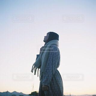 冬の空を仰いでの写真・画像素材[4075026]