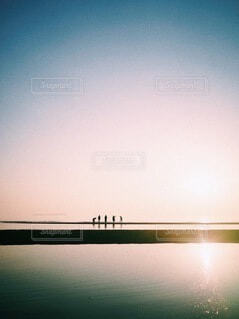 僕たちの影と夕暮れの写真・画像素材[4101670]