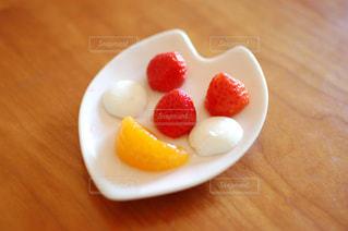 笑顔のフルーツの写真・画像素材[2379928]