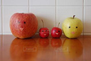 りんごの親子の写真・画像素材[2380001]