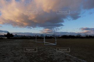 黒い雲とサッカーゴールの写真・画像素材[2418796]
