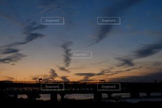 電車と巻雲の写真・画像素材[2418797]