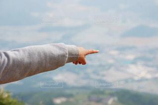 山頂から行く先を指差しの写真・画像素材[2964183]