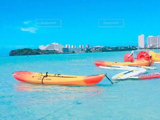 浜辺の上に座っているボートの写真・画像素材[2379277]