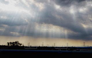 黒雲から光線の写真・画像素材[2457863]